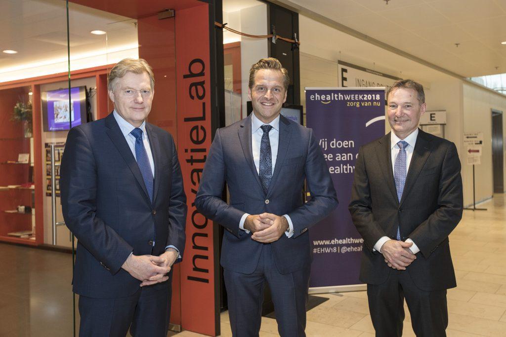 Ontvangst door Martin van Rijn, links (bestuursvoorzitter Reinier Haga Groep) en Karel Ronday (Medisch directeur HagaZiekenhuis)